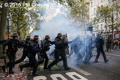 Manifestation pour l'abrogation de la loi Travail - 15.09.2016 - Paris - IMG_7941 (PM Cheung) Tags: loitravail paris frankreich proteste mobilisationénorme cgt sncf euro2016 demonstration manifestationpourlabrogationdelaloitravail blockaden 2016 demo mengcheungpo gewerkschaftsprotest tränengas confédérationgénéraledutravail arbeitsmarktreform lesboches nuitdebout antagonistischenblock pmcheung blockupy polizei crs facebookcompmcheungphotography polizeipräfektur krawalle ausschreitungen auseinandersetzungen compagniesrépublicainesdesécurité police landesweitegrosdemonstrationgegendiearbeitsmarktreform loitravail15092016 manif manifestation démosphère parisdebout soulevetoi labac bac françoishollande myriamelkhomri esplanadeinvalides manifestationnationaleàparis csgas manif15sept manif15 manif15septembre manifestationunitairecgt fo fsu solidaires unef unl fidl république abrogationdelaloitravail pertubetavillepourabrogerlaloitravaille