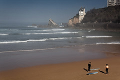 Surf  Biarritz (Lucille-bs) Tags: france europe sable maison vague plage rocher biarritz brume matin paysbasque atlantique ocan aquitaine surfeur suf pyrnesatlantiques