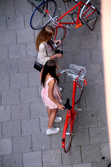 From Above (josephzohn | flickr) Tags: girls red people bikes fromabove rd cyklar tjejer mnniskor cykelkorg bikeid cyklister uppifrn brahegatan