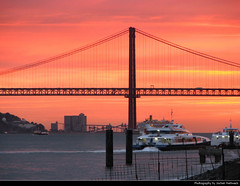 Ponte 25 de Abril @ Sunset, Lisbon, Portugal (JH_1982) Tags: ponte 25 de abril bridge architecture landmark purple silhouette silhouettes suspension cables sea boat boats sky yellow orange red sun glow sunset ocaso sonnenuntergang coucherdesoleil prdosol tramonto  zonsondergang zachdsoca solnedgng solnedgang auringonlasku apus  matahariterbenam mttriln   blue cloud clouds cloudy wolken lisbon lisboa lissabon lisbonne lisbona      lizbon  lisabona lizbona lisszabon  portugal portogallo