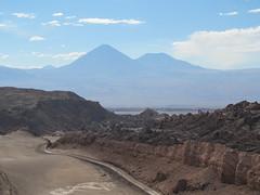 """Le désert d'Atacama: vue sur le volcan Licancabur et son acolyte depuis le sommet de la Duna Mayor (Valle de la Luna) <a style=""""margin-left:10px; font-size:0.8em;"""" href=""""http://www.flickr.com/photos/127723101@N04/28606011834/"""" target=""""_blank"""">@flickr</a>"""