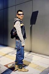 Dude (JanneM) Tags: street man film apple japan kodak jan contax 400 大阪 日本 osaka 35 kansai portra midosuji platser janne t2 関西 objekt moren människor