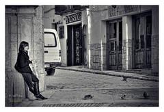 (201/16) La chica de las palomas (Pablo Arias) Tags: pabloarias espaa spain hdr photomatix nx2 photoshop texturas personas gente chinchn madrid comunidaddemadrid bn blancoynegro