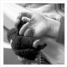 Chut, l'enfant dort !... (Jeanne Valois 64) Tags: enfant main peluche sieste ombre lumire