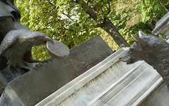 Fox and crow - part of the statue of La Fontaine in the Jardins du Ranelagh, Paris (Monceau) Tags: fox crow sculptures statue lafontaine fable jardinsduranelagh paris 16tharr dilosep2016