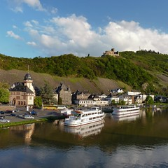 Moselle ships depart from the Bernkastel river bank (Bn) Tags: blue sky mountain castle river germany geotagged deutschland boat spring topf50 ruins wine hiking vessel vineyards valley vista viewpoint allemagne duitsland mosel kasteel rheinlandpfalz slopes moselle bernkastel landshut burgruine bernkastelkues kues moezel chteaufort burglandshut 50faves hhenburg rijnlandpalts geo:lon=7072535 geo:lat=49915461