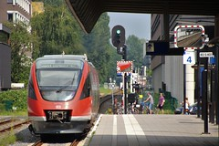 Abfahrt RB51 von Enschede (josbert.lonnee) Tags: db deutschebundesbahn outdoor br643 baureihe643 zug trein enschede nachdortmund naardortmund train vehicle abfahrt departure vertrek sein401 spoor4b gleis4b track4b perron platform bahnsteig signal groensein greensignal grnsignal richtungdortmund irsein infraroodsein eisenbahnsignal eisenbahn railroad