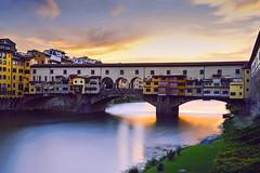 Atardecer en Ponte Vecchio (elpitiuso) Tags: landscape florencia ponte vecchio paisaje italia sunset sky sun river atardecer