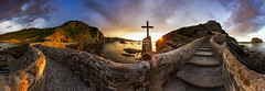 Gaztelugatxe II - 1891 (FH | Photography) Tags: gaztelugatxe basque spain sunset sonnenuntergang baskenland treppen brcke landschaft natur spanien 1891 religion kreuz kloster felsen rock atlantik kste coastline mauer steine weg europa bermeo bilbao sehenswrdigkeit wahrzeichen sight landmark touristdestination meer horizont sonne gegenlicht gnd wolken wetter