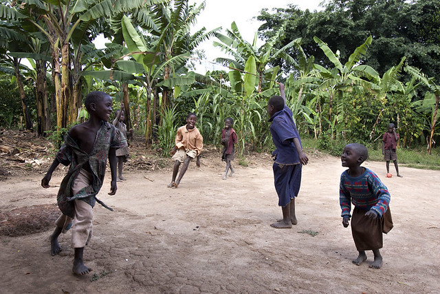 africa-uganda-kids-playing