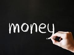 「お金」と書かれた黒板