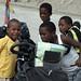 Un gruppo di ragazzini afro-ecuatoriani curiosi