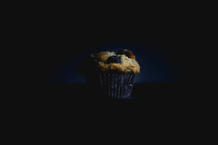 179A4634-1 (den_ise11) Tags: muffin blueberry blue beryy muffins product photography food baking baked black studio background