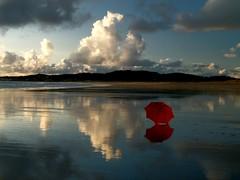 El paraguas rojo (T.I.T.A.) Tags: sky espaa day cloudy galicia cielo nubes paraguas pontevedra tita reflejos alanzada playadelalanzada lalanzada paraguasrojo carmensolla carmensollafotografa carmensollaimgenes