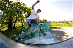 Julian Thomas - Fs five-0 (Tom Poisson) Tags: park trees shadow sun white black france green grass hat yellow socks contrast digital jaune canon photography eos grey gris soleil shoes europe noir afternoon photographie shot board wheels may picture style bretagne tshirt mini iso deck mai arbres skatepark independent skate skateboard vans trucks 50 monde vis blanc aprsmidi feuilles ouverture pelouse verte chaussures 2012 herbe planche ombres rond diaphragm 500d rampe fiveo chaussettes coping rflex bret obturation roues pontivy julianthomas sensibilit diaphragme chpeau