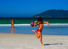 A direção certa... (Valcir Siqueira) Tags: boy beach football soccer futebol