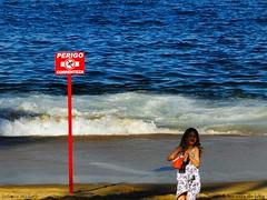"Run, Little Girl... (Os poetas mentem.) Tags: sea ocean little girl kid children child criança menina garota blonde loira areia beach riodejaneiro rj rio de janeiro brasil brazil urca danger run runtothehills hills julianamello jm julianamellobrasil em versos para colinas brasilemimagens ""flickraward"" flickraward"