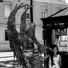Beauty and the Beast (Jannik K) Tags: barcelona catalunya spanien spain plaza de espana espaa samsung nx1 summer sommer sun sunny warm bw sw black white schwarz weis street photography strasenfotografie smile lachen lcheln portrait child kind happy frohlich glad glcklich