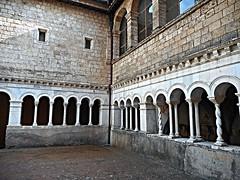 Anglų lietuvių žodynas. Žodis cloisterral reiškia a 1) vienuoliškas; 2) vienuolyno lietuviškai.