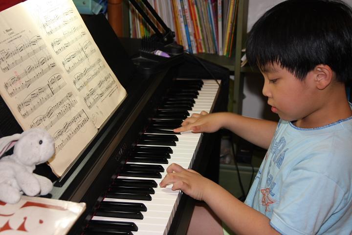 佑佑、彥彥彈鋼琴0006