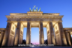 Puerta de Brandeburgo - Brandenburger Tor - Brandenburg Gate (Iigo Escalante) Tags: travel viaje blue sunset sun moon berlin azul germany de atardecer photography gold lights luces blog puerta victoria carro alemania tor brandenburger dorado viajar alemn brandeburgo