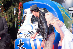 Independence Day: Resurgence Japan Premiere: Jeff Goldblum & Maika Monroe (Dick Thomas Johnson) Tags: japan tokyo minato roppongi      roppongihills  roppongihillsarena  movie film premiere moviepremiere event   japanpremiere independencedayresurgence  jeffgoldblum  maikamonroe   darumadoll daruma dharmadoll dharma
