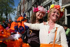 No self service (Iam Marjon Bleeker) Tags: holland amsterdam jordaan oranje queensday koninginnedag bloemgracht leukedamesoranje koninginnedag2012 zelfgemaaktehoedjes leukedames img0115g