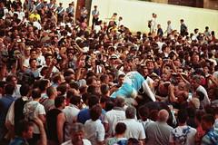 22A_0065 (L'uomo Nell'Alto Castello) Tags: people crowd crowded folla persone piazza square piazzadelcampo siena italia tuscany toscana 2 luglio olympus om om1 zuiko zuikozoom75—150 celebration festa festeggiamenti vittoria onda vincitore winner film pelicola rullino 35mm analog analogica