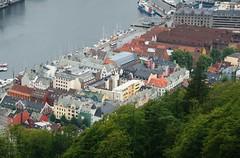 2016-07-18 S9 JB 100352b#cotu-1acs20ER Bergen Brygge (cosplay shooter) Tags: unesco worldheritage unescoworldheritage hanse bergen norway norwegen norge floyen 201607 x201608 100b