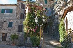 Le scale fiorite di Montemassi - The flowered stairs of Montemassi (ricsen) Tags: italia italy toscana tuscany montemassi roccastrada maremma grosseto castello caslte