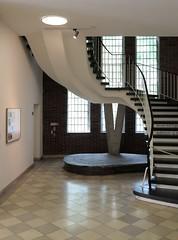 Getreppte Gestalt / The Gestalt Effect (bartholmy) Tags: berlin friedenau botanischergarten botanischesmuseum treppe stairs staircase treppenhaus gelnder banister architektur architecture schwung curvy geschwungen