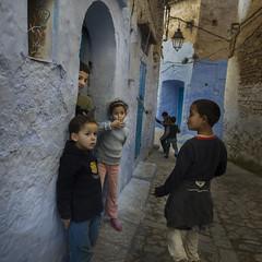 Friends (Julio López Saguar) Tags: segundo juliolópezsaguar urban urbano calle street ciudad city gente people marruecos morocco lemaroc chefchaouen chouen niños children azul blue grupo group
