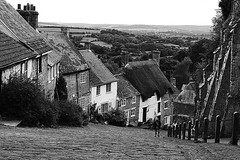 Gold Hill (Travelling Postie) Tags: monochrome panasoniclumixfz1000 shaftesbury goldhill advert hovis steep cobbles