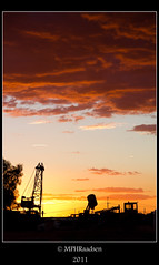 Coober Pedy Sunset (mraadsen) Tags: sunset orange silhouette yellow clouds canon eos zonsondergang crane outback southaustralia australie cooberpedy kraan miningequipment 550d 1585mm mraadsen