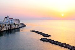 Sunrise on Vieste's Cliff - Alba sulle scogliere di Vieste - Italy. (castgen) Tags: pink red sea summer orange cliff sun mer verde green rot sol church rose yellow jaune sunrise rouge dawn soleil mar rojo meer italia mare estate cathedral alba sommer laranja kathedrale catedral iglesia kirche rosa vert vermelho chiesa cathdrale amanecer amarillo amarelo gelb giallo igreja verano vero duomo grn sole sonne rosso falaise naranja glise puglia amanhecer vieste arancione scogliera elsol laube gargano morgendmmerung   klippe    sorgeredelsole ent sunrise