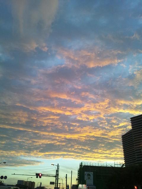 夕焼けに染まる雲の写真