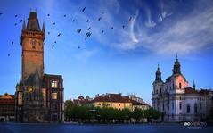 Praga (Prague) (AC Espilotro) Tags: blue sky tower beautiful birds azul clouds nikon europa europe prague praga panoramic céu nuvens czechrepublic beleza ac pássaros oldtownsquare panorâmica d80 praçaprincipal acespilotro espilotro