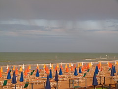 Arriva la pioggia (MikMokNikSon) Tags: light italy panorama rain lumix italia nuvole mare panasonic acqua pioggia ombrelloni spiaggia lignano friuli sabbia udine ombrellone fickraward fz45