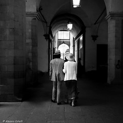 Old Style (Alessio Catelli) Tags: old style stile fashion moda dress vestito couple coppia black white bianco nero bn bw candid street photography streetphotography florence building hat woman man fuji xe1 xf1855