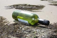 Vlieland - zuidkant Vliehors - flessenpost (Dirk Bruin) Tags: strand vlieland waddeneiland bottle message sting zee zon zand beachcombing beachcomber flessenpost strandjutten jutten strandvondst strandvonderij flessepost jutgoed strandrauber