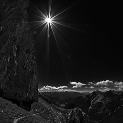 Karwendel-Panorama - Heinrich-Noe-Trail III (W_von_S) Tags: karwendel alpen alps alpine alpenblick alpinepanorama alpenpanorama alpineview panorama landscape landschaft paysage paesaggio berge mountains bayern bavaria deutschland germany sommer summer 2016 august sw schwarzweis blackwhite bw monochrome monochrom heinrichnoesteig heinrichnoetrail hiking lowkey gegenlicht backlight sonnenstern sunray wvons werner sony outdoor clouds wolken highcontrast natur nature einfarbig blackandwhite
