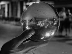 1608_Stefan_OZ_Sfere_1 (vb.2015y) Tags: bianconero monocromo mano sfera strada spettacolo persone fujix30 luci stefanoz