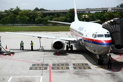 Malaysia Airlines B 737-400 @ KLIA (stratman (2 many pix and busy)) Tags: klia malaysiaairlines kualalumpurinternationalairport canonphotography eos450d boeing737400 tamronspaf1750mmf28xrdiiivcasphericalif