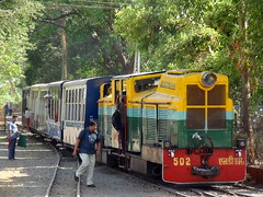 NEW LIVERY OF NARROW GUAGE DIESEL LOCOMOTIVE TAKEN AT NERAL JUNCTION (arzankotval2002) Tags: india tourism asia engine machine locomotive maharashtra matheran toytrain neral 502 livery indianrailways narrowguage centralrailway irfca ndm1 arzankotval