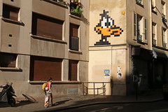 Paris 5me - Paris (France) (Meteorry) Tags: europe france idf ledefrance paris spaceinvader spaceinvaders invader invaderwashere tiles carrelage carreaux mur wall street rue art artderue pixels pa1189 daffyduck cartoon character warnerbros duck canard merriemelodies bugsbunny looneytunes black noir sunlight ensoleille 75005 trottoir pavement mother child enfant mre sunday dimanche matin morning building btiment immeuble