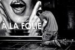 Soumission (Nadge Gascon) Tags: street photography ngphotographe fuji x20 monochrome black white noir et blanc photographie de rue