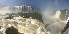 """Les chutes d'Iguaçu: au fond, dans le brouillard d'eau, c'est la Garganta del Diablo <a style=""""margin-left:10px; font-size:0.8em;"""" href=""""http://www.flickr.com/photos/127723101@N04/29015526604/"""" target=""""_blank"""">@flickr</a>"""