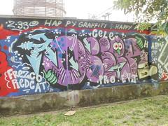 happy graffiti (en-ri) Tags: osser pro evj viola faccia face piede foot arrow frezco redcat azzurro cele happy mocs bologna wall muro graffiti writing z33