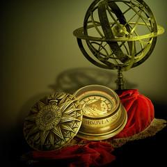 Nautical theme (jaci XIII) Tags: bússola esferaarmilar drapeado seda tecido vermelho naturezamorta compass armillarysphere draped silk red fabric stilllife