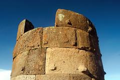 Detalle de una de las chulpas de Sillustani, Puno, Peru (Martintoy) Tags: trip travel peru inca nikon d2x andes nikkor andino sillustani andean incas puno chulpa chulpas